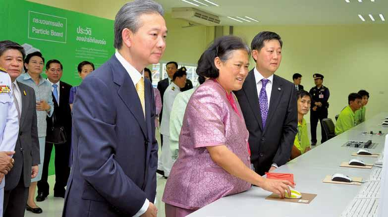 siempelkamp Machinery And Plants 48 49 The Thai Princess Maha Chakri Sirindhorn in the control room of the Metro plant An official opening with a royal guest took place