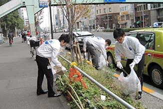 Social Contribution Activities Local Contribution Activities at Domestic Locations Tokyo Head Office ITOCHU employees take part in community cleanup activities around our Tokyo Headquarters.