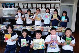 books. Every week, employee volunteers of ITOCHU affix the labels on the picture books together with the ITOCHU Foundation by using a dedicated kit purchased from Shanti Volunteer Association.