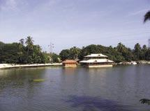 The Veli-Akkulum lake system is also connected to the famous Kovalam stretch through a canal called Parvathy Puthanar Canal.