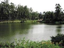 The lake has a water spread of only 25 ha and a maximum depth of 11.5 m which has declined to 9 m during the past 40 years. The average depth is only 3.0 m. The lake is surrounded by a 5 km road.