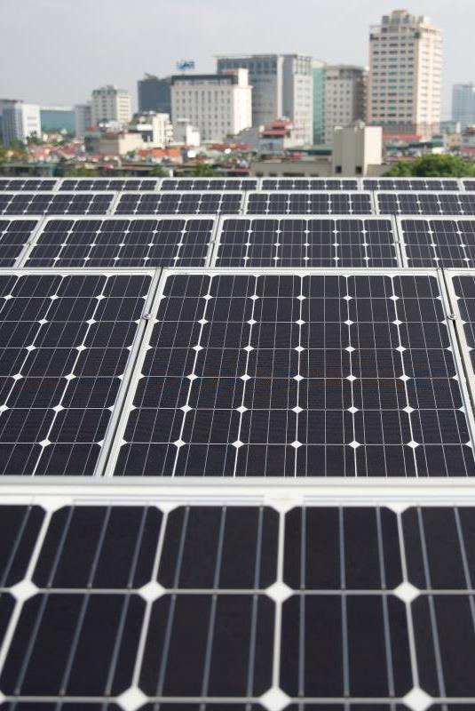 Outline INTERNATIONAL DEVELOPMENTS AND EXPERIENCE IN SOLAR PV STATUS OF SOLAR PV IN VIETNAM OPTIONS FOR SOLAR PV