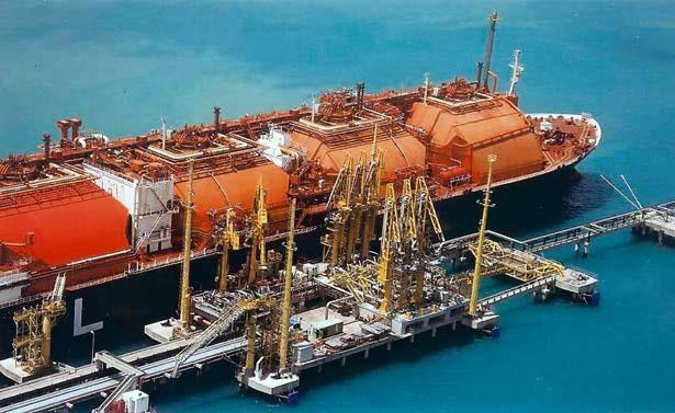 3 A Industry Shorter commitments and more flexible assets The industry is moving its assets on boats Floating Regasification Capacity by Status and Number of Terminals, 2005-2021 Golar Spirit FSRU