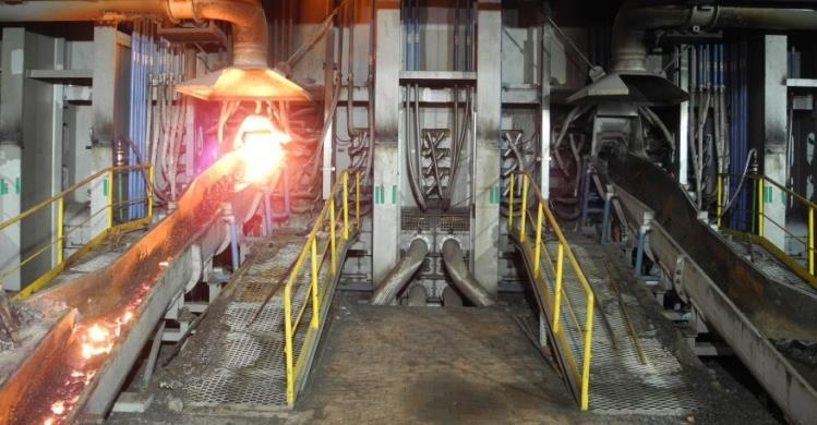 Figure 3: Slag tapping at POSCO SNNC FeNi-furnace FECR-APPLICATION: High-carbon ferrochrome with carbon contents of 4-8 % is usually used in AOD converters for the production of alloy steel grades.